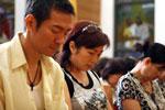 江華夫婦低頭祈禱