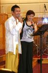 江華夫婦在台上深情獻上詩歌