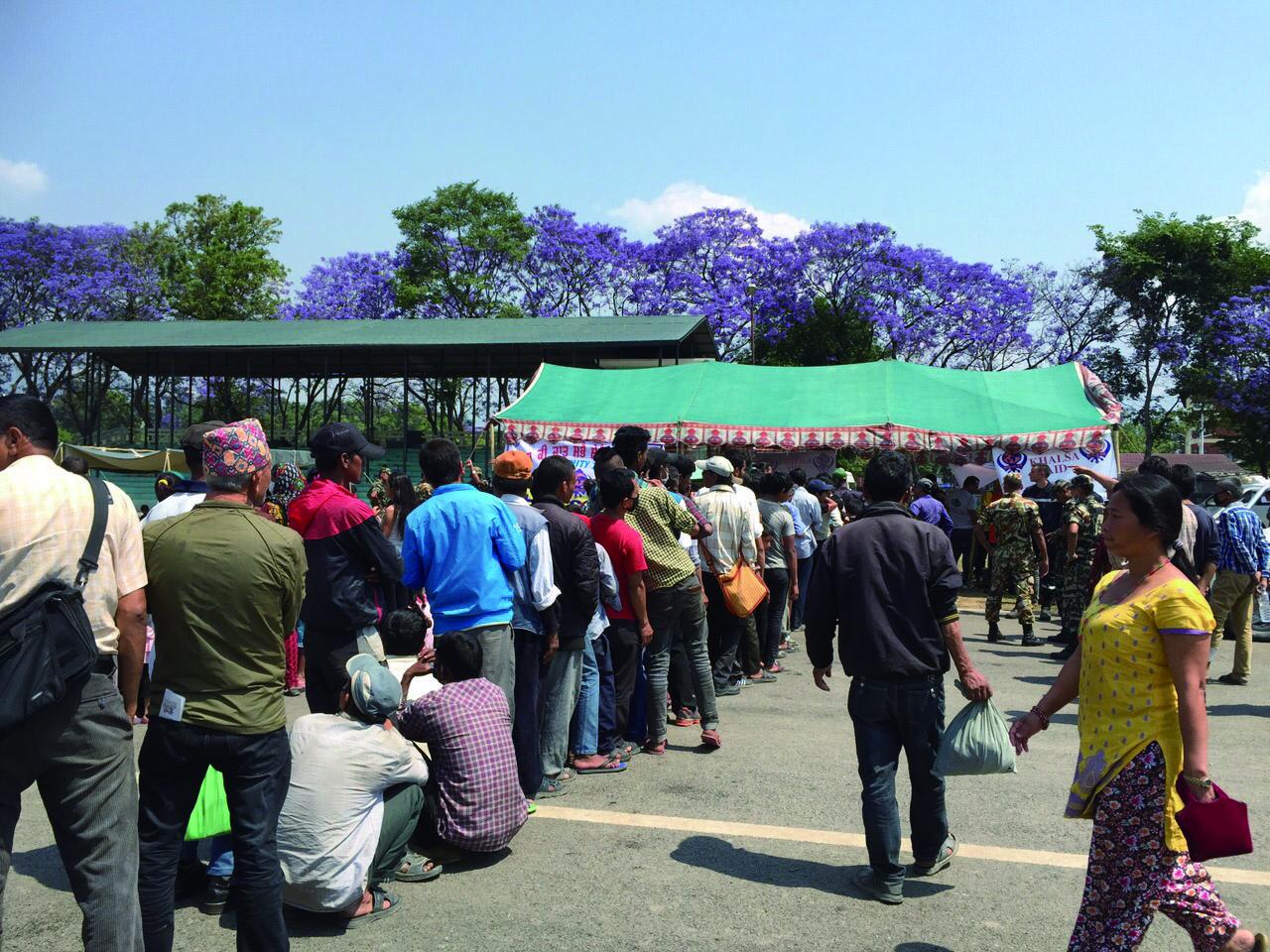 來自世界各地的救援物資陸續送到,令災民感受到人間有情。