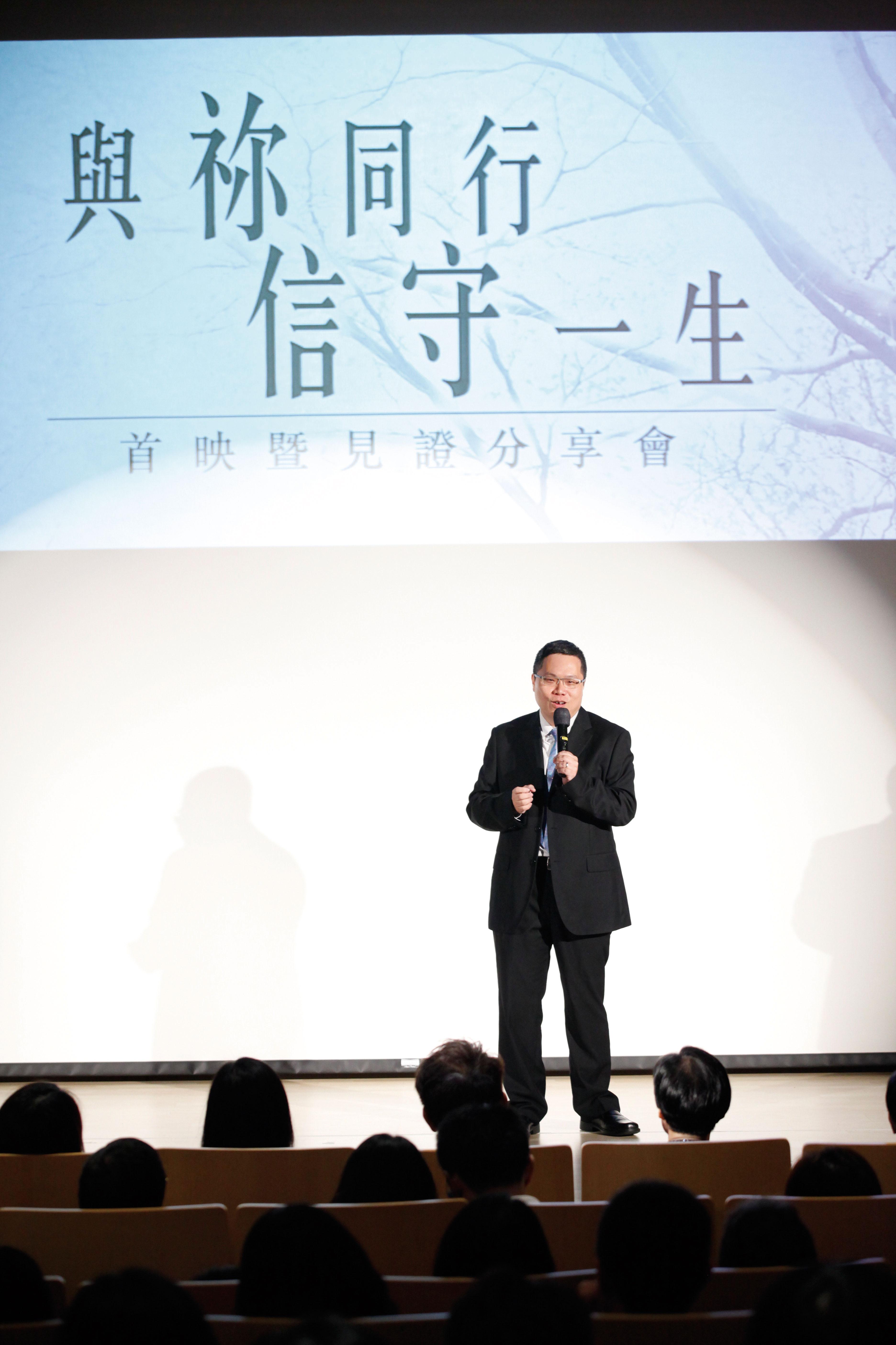 (創世電視製作經理黃耀榮鼓勵觀眾與影音使團分享上帝同行的故事。)