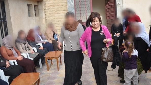 美籍埃及裔人道教援者Yvette Isaac(粉紅衫)呼籲全球向逃避ISIS殺害嘅伊拉克人伸出援手。