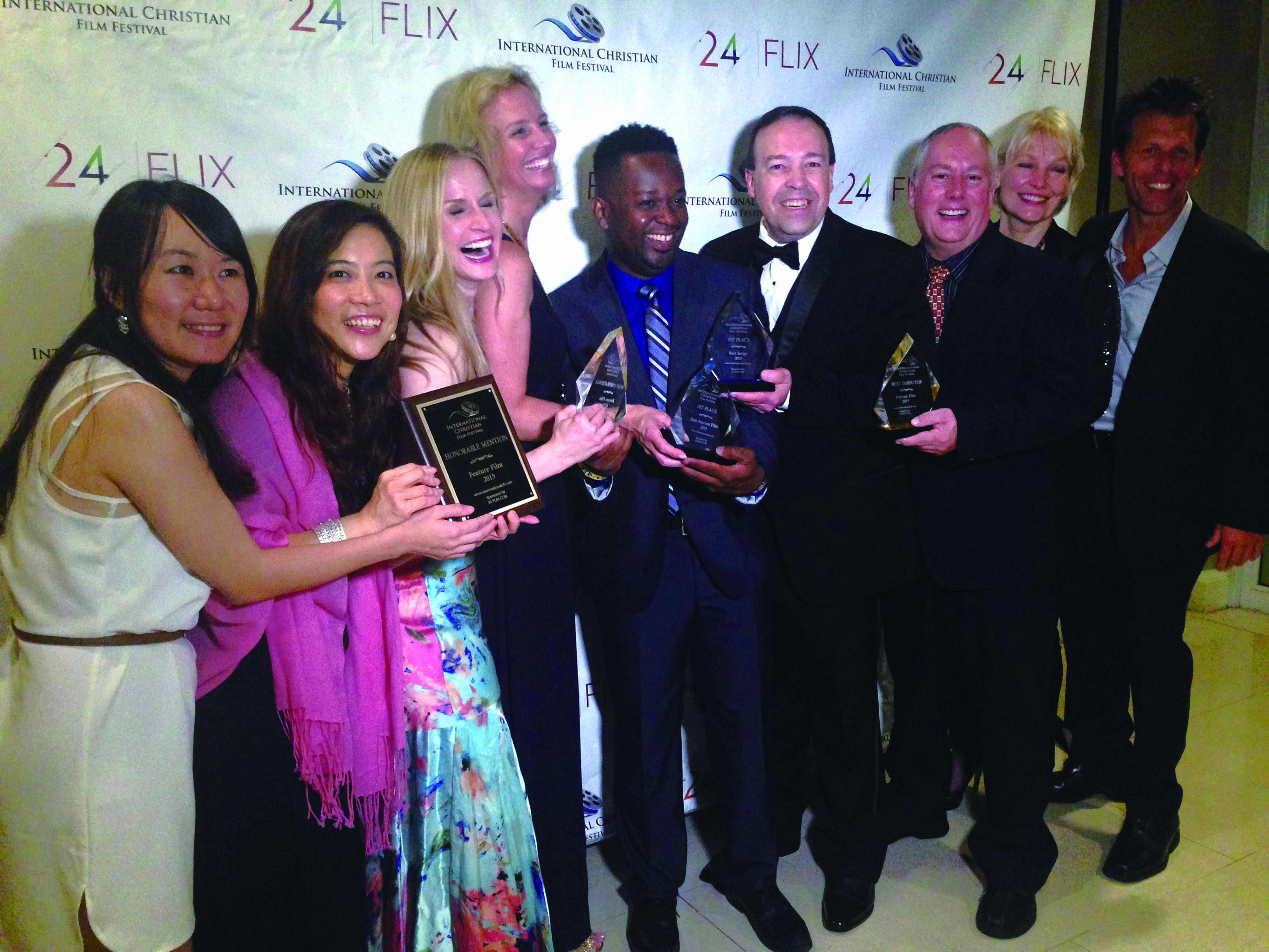 ICFF執行董事Marty Jean-Louis中(中)與其他得獎單位代表分享獲獎喜悅。
