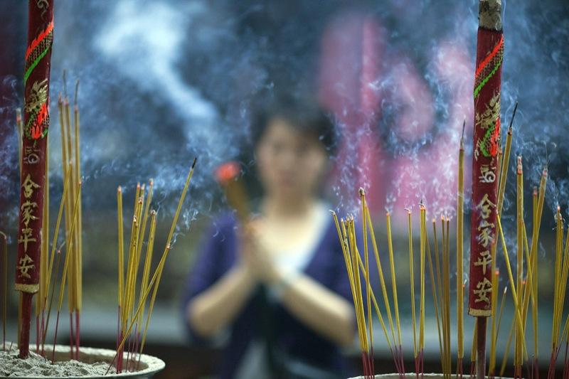 Burning_incense_sticks_in_Vietnam