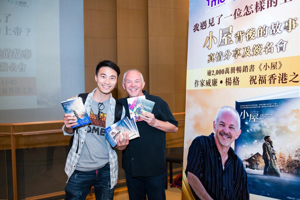 福音歌手黃劍文更出席了兩場分享會,奉獻了多本《小屋》送給好友。
