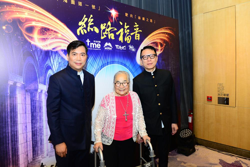 (左起)影音使團總幹事袁文輝先生、嘉賓小金子女士及創世電視總監葉家寶先生合照