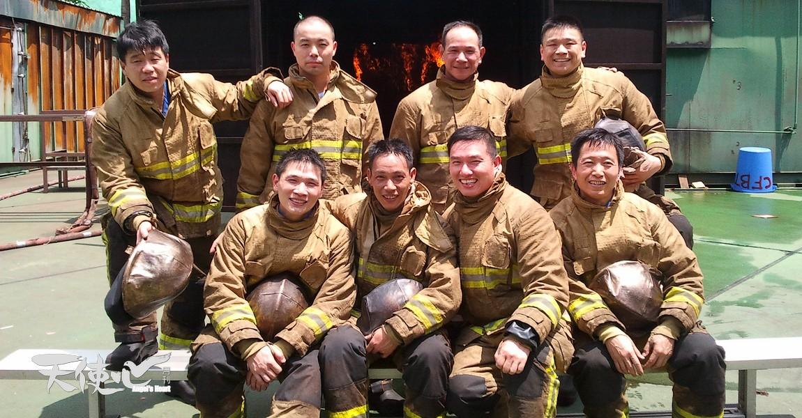 Chung參加煙火特攻訓練後跟同袍合照。