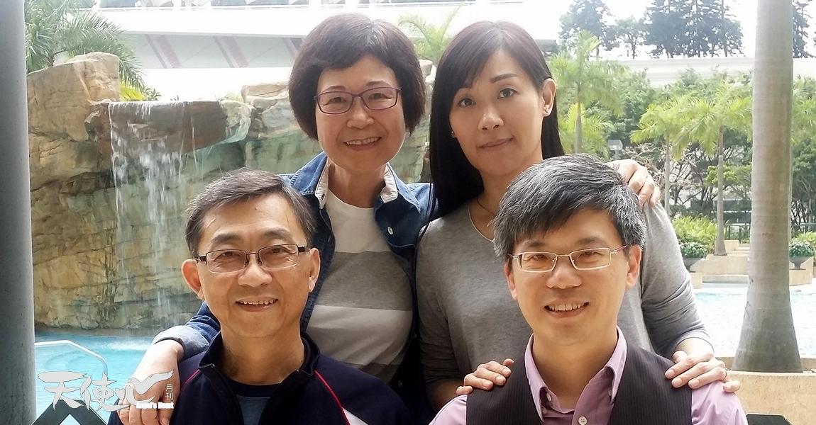 Cynthia與丈夫及胡校長夫婦合照。