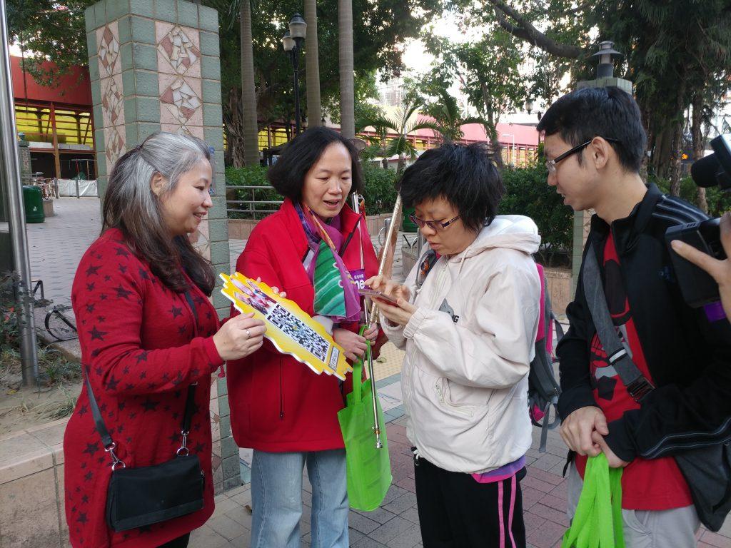 同工們向街坊派發福袋,在這除夕送上滿滿的祝福