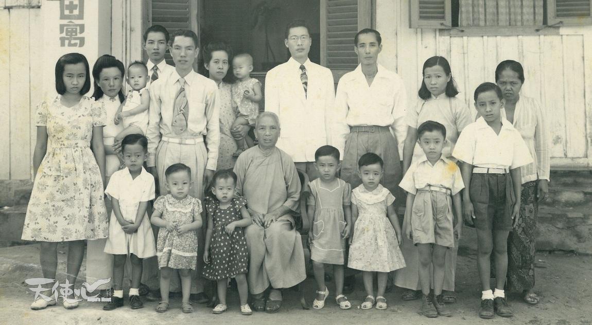 3.1950年代中攝於印尼耶加達田寓的家庭。田家炳(後排左四)、周氏(後排左五)、房氏(後排左二),正中央為母親房太夫人。