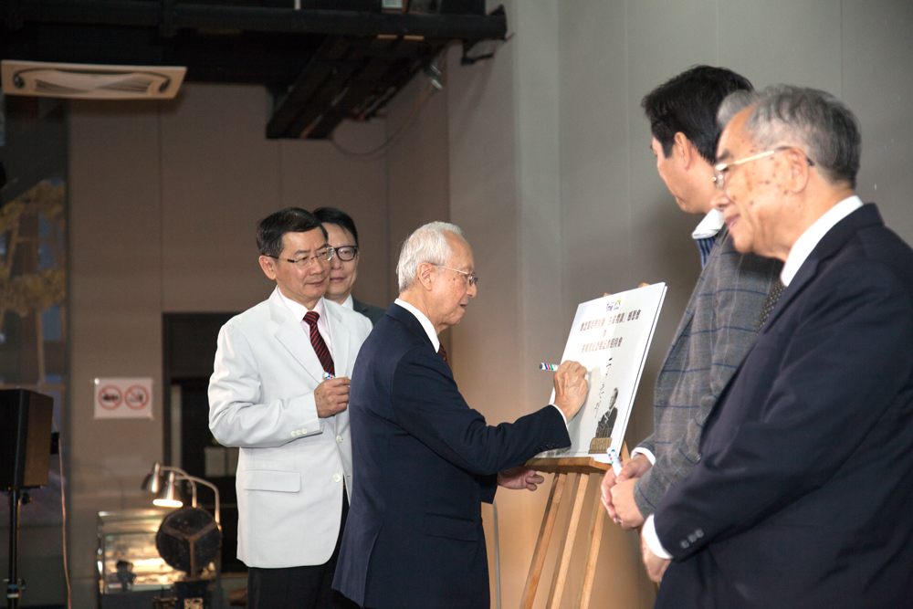 主禮嘉賓在紀念版上簽名,並由影音使團總幹事袁文輝先生親身送往美國葛培理圖書館,以作香港對葛牧師的貢獻致意