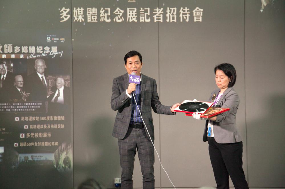 影音使團總幹事袁文輝先生向來賓展示葛培理牧師珍品