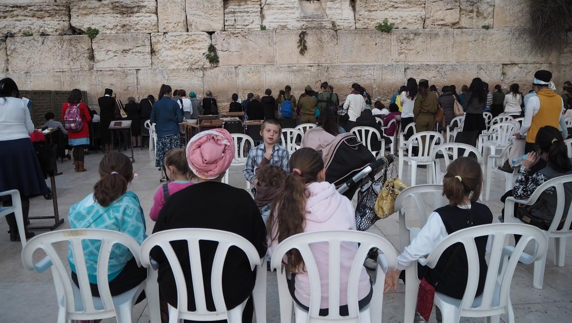 正統猶太孩子從小就跟媽媽到哭牆禱告,這是他們成長的一部分
