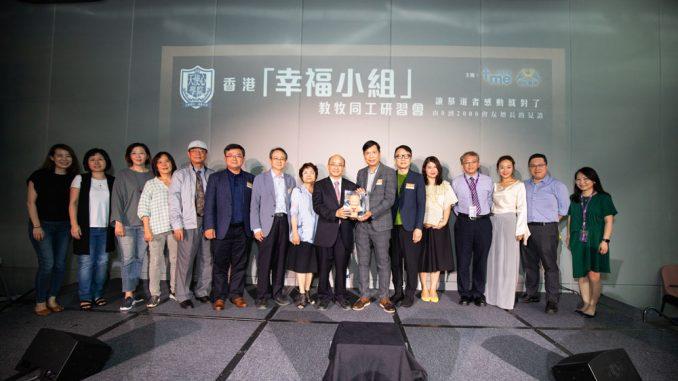 影音使團總幹事袁文輝先生及創世電視總監葉家寶先生致送紀念品予楊錫儒牧師及團隊。