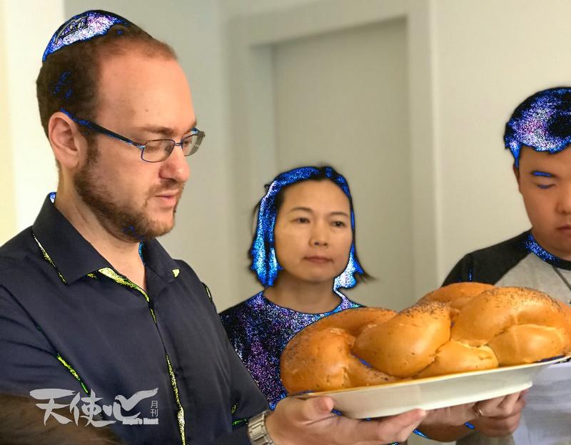 但以理拿起兩個安息日面包來禱告祝謝。安息日用的辮子面包,外脆內軟,芝麻粒特別香,猶太人稱這安息日面包作Challah。