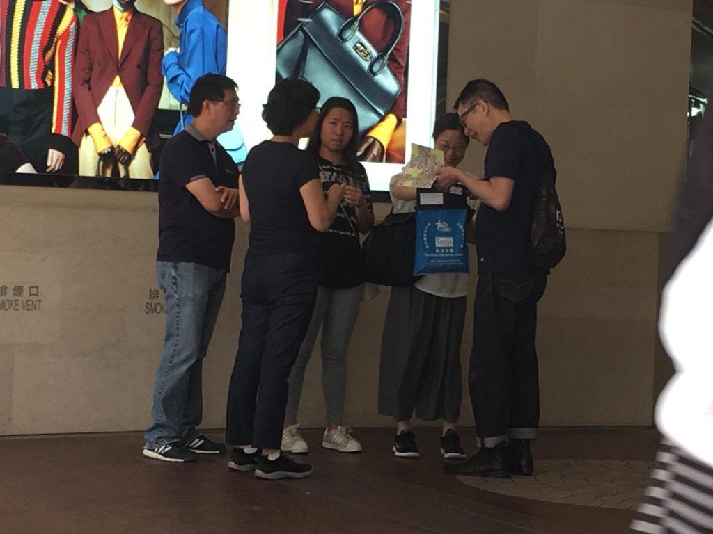 創世電視總監葉家寶於銅鑼灣鬧市呼籲路人多多支持人生熱線