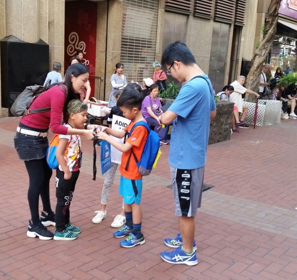 不少家庭一大清早開始投入賣旗活動 衆志成城支持人生熱線工作