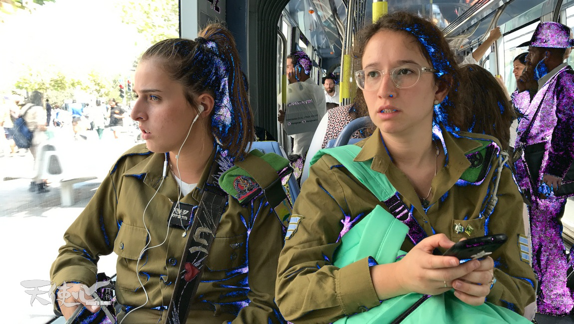 在生活中,看到她們和一般年青人沒分別,帶着背包、拿着手機聽音樂。不同的是她們穿上軍服、拿着真槍,頸項上掛著個人資料,是隨時為國犧牲作的準備。